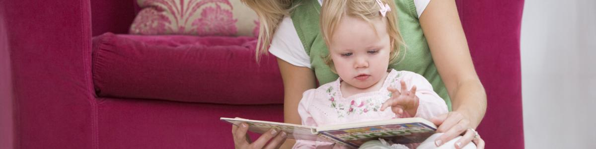 Mor læser for barn